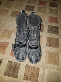 pair of black duck boots 600 km