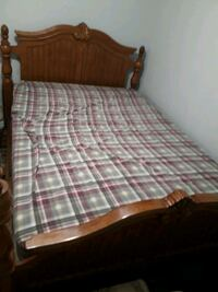 Solid wood queen size bed no scratch.