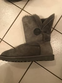 UGGS Bailey Button size 5