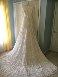 Lace wedding dress and veil Mount Airy, 21771