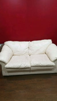 Off white couch  3665 km