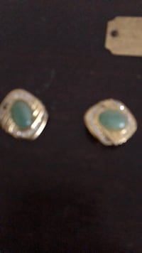 Clip on earrings gold tone with green stone New York, 10021