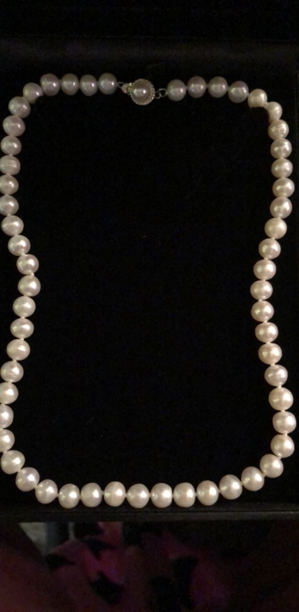 Fresh water pearl necklace 19f57180-27bc-4cca-b3ee-37f8510ce7b1