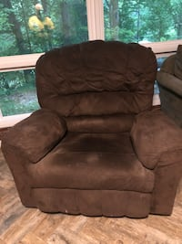 brown suede recliner sofa chair - Must Go!!! 44 km