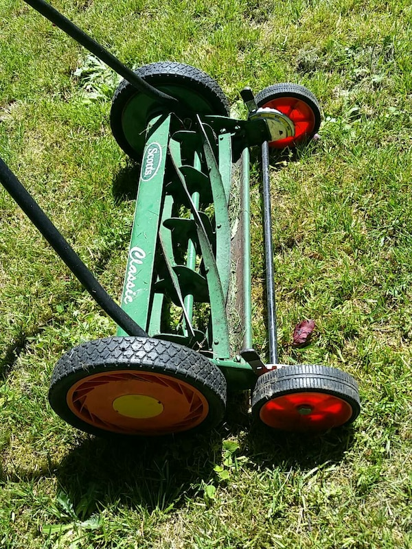 Reel lawnmower scotts  in like new conditio ba1f4084-d875-41fc-a75d-75643e282eb5