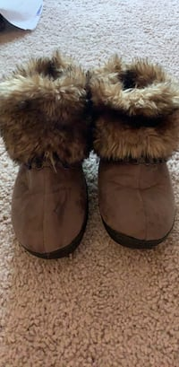isotoner slippers  Lutherville Timonium, 21093