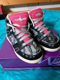 pair of black-and pink  Lincoln, 68503