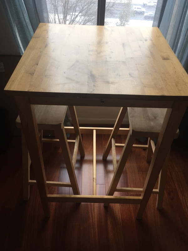 Square brown wooden dining table with 2 stools. Pickup today 11688ffe-1acd-474f-b1a5-eb07c86fa7c3