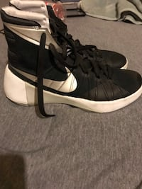 pair of black-and-white Nike basketball shoes Sharon, 16146