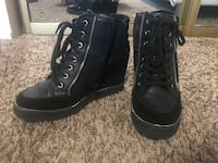 Pair of black and gold trim heeled sneakers Kent, 98032