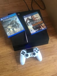 Sony PS4 console with controller and game cases Montréal, H3W 1W6