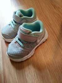 pair of white-and-teal Nike sneakers Powell, 35986