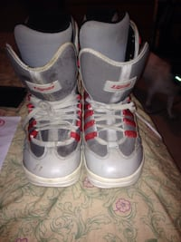Pair of white-brown-and-gray snowboard boots 538 km