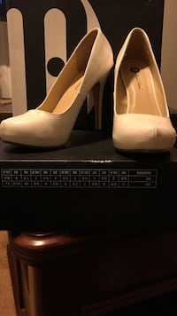 Women's pair of white pumps, Size 8