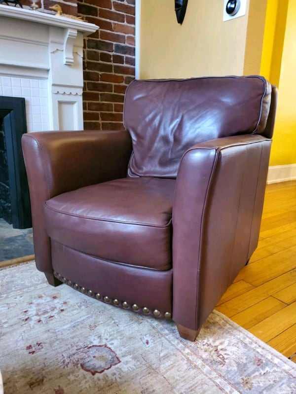 Leather chair  20f9d0b0-349d-453f-839e-04b80271495e