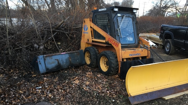 1997 daewoo 601  with power angle plow and bucket runs great newer bucket and new hoses to plow