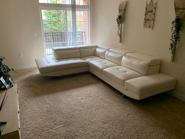 White Leather Sectional 38652b06-fe37-40ec-93a5-44015c8d00c3