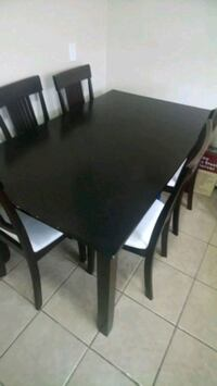 Dining table in good condition Niagara Falls, L2G 7G8