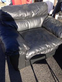 Solid leather big boy chair in nice condition just dusty Toppenish, 98948