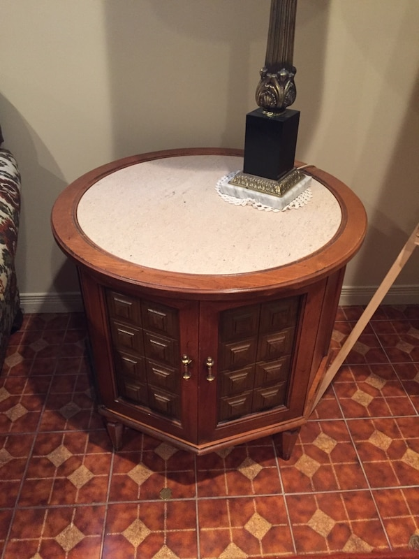 Coffee table and end table $100 for set  57967d24-788d-481f-bdad-5f4d9fdf50e0