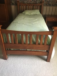 Twin size bed and night stand < 1 km