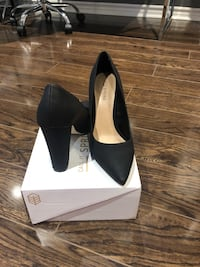 pair of black pointed-toe pumps Richmond Hill, L4B 3X4