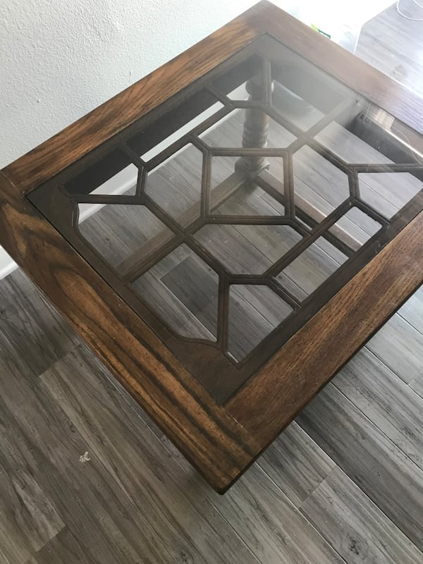 Glass-top Side table 95436344-3d43-490f-bcf9-32d6e13133ab