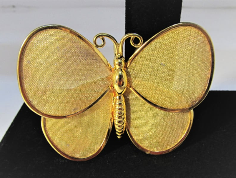 1970's VINTAGE GOLD TONE BUTTERFLY BROOCH/PIN 62d16037-2817-43f1-8e96-a5593ae2e4eb