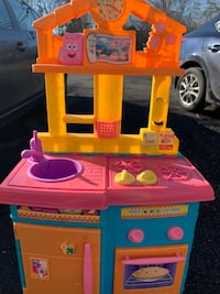 toddler's pink and yellow kitchen play set Herndon, 20170