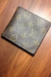 Brown leather Louis Vuitton bifold wallet ( slightly torn inside )