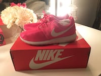 Pink Nike Roshe One running shoes Montreal, H4N
