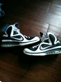 pair of black-and-white Nike sneakers Ludlow, 41016
