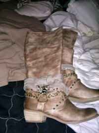 pair of brown suede boots Peoria, 85382