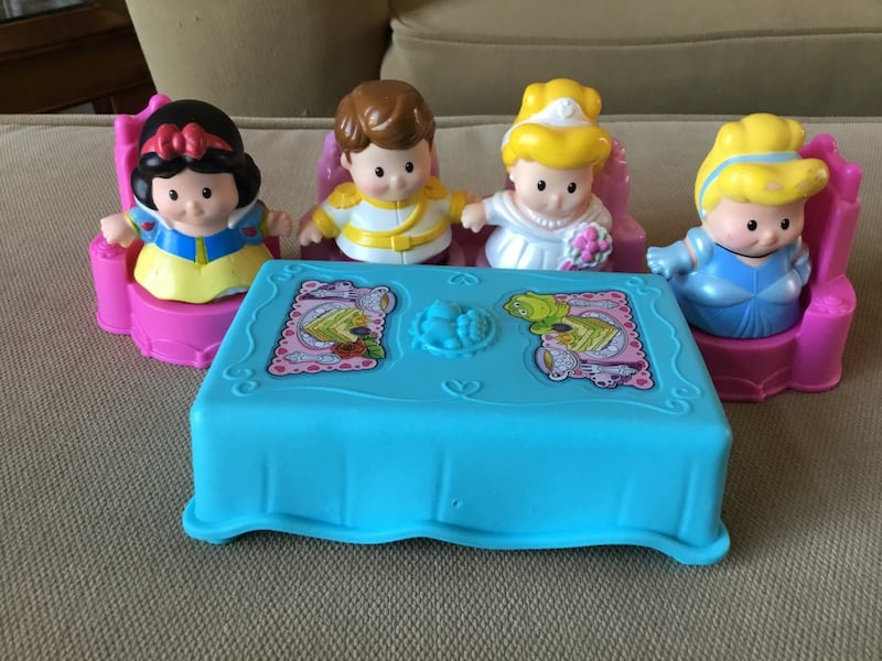 Fisher Price Little People Disney Princess Castle with (8) Figures 5c03817e-cfaa-45cf-a98a-be49c3719655