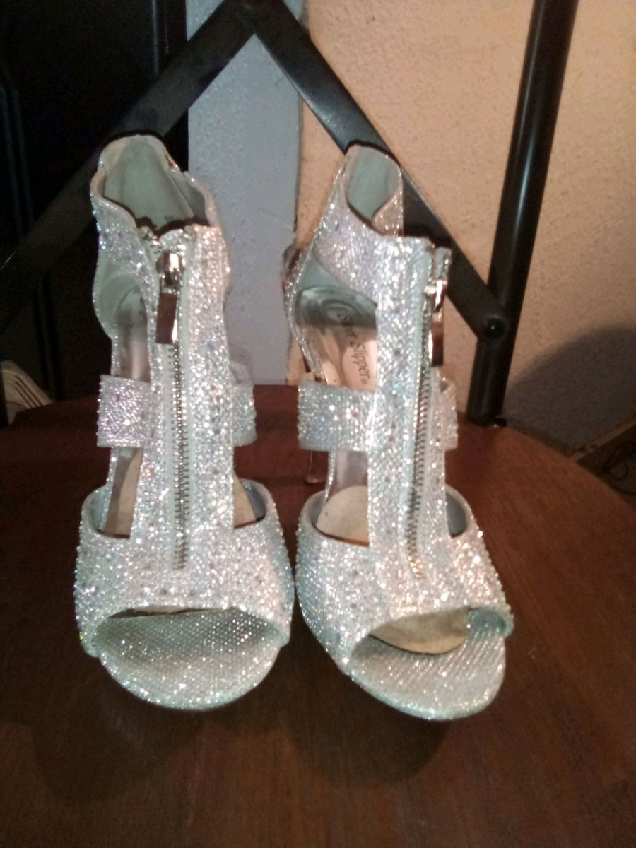 Photo Size 8 Silver Slipper high heels