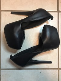 pair of black leather heeled shoes Bellflower, 90706