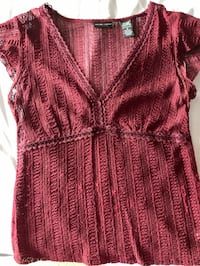 Cute women's maroon lace top - NY & Company Size small - in perfect condition
