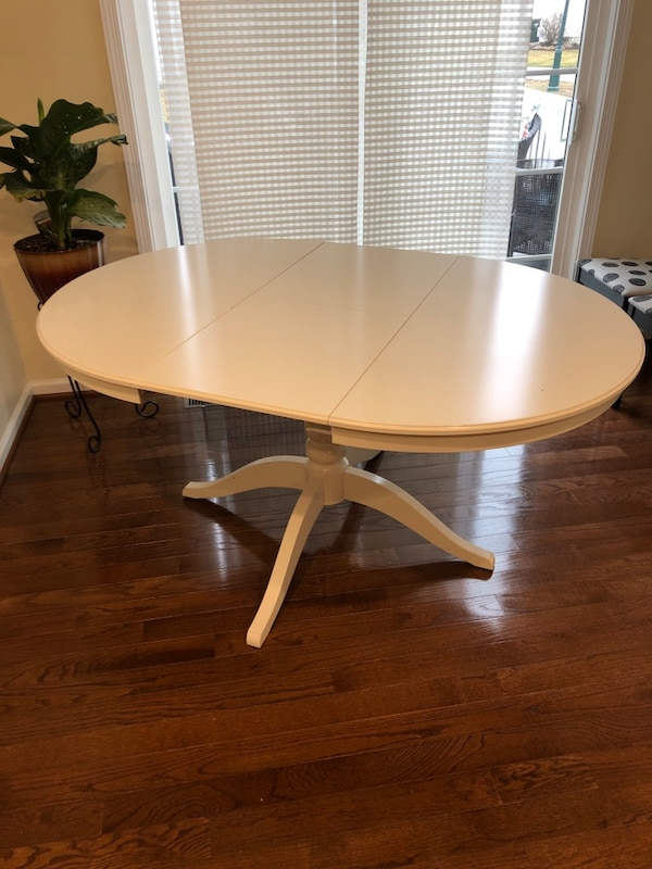Breakfast table; expandable 8c5d93f8-3ea6-48d8-9bfb-c7377bd7eee4