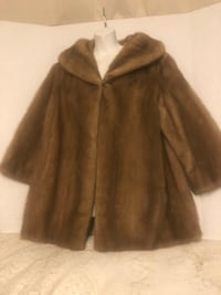 Fur coat, very beautiful. One size fits all, it has a single clasp to close on the top. Very elegant. Price is negotiable . Los Angeles, 90731