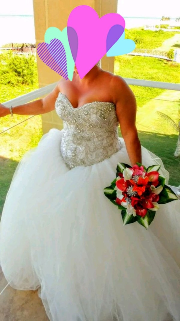 women's white wedding ball gown. Serious buyers only  b8c217e4-9b35-46ca-8bd3-ceae002aa8ae