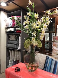 Large Fame Flowers in Glass Vase Los Angeles, 91607
