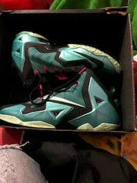 pair of teal Nike basketball shoes with box 226 mi