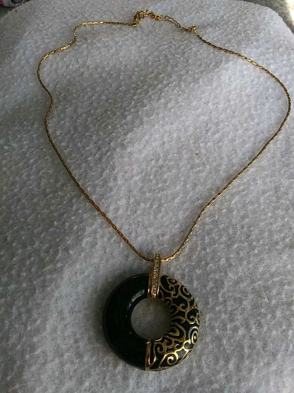 Jbk gold tone and black necklace and pendant 03b1ee18-6dc8-45de-87be-fce88f05d531