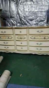 Dresser and matching desk with hutch. Jessup, 20794