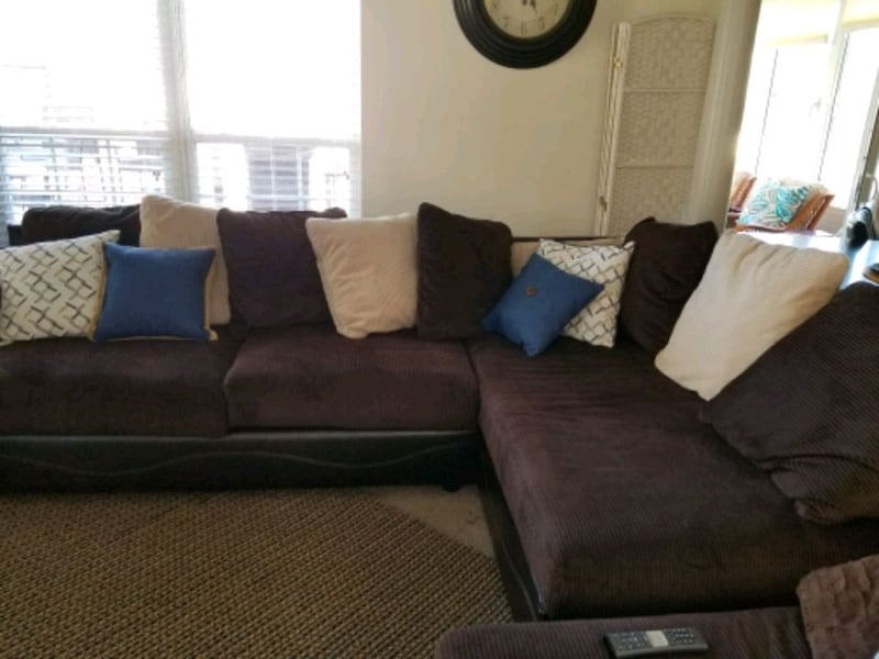 Chaise sectional & couch d86bd017-8996-4233-a883-e37b958a401f