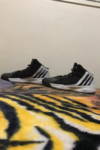 Basketball Adidas shoes size 9 1/2   Nanaimo, V9R 1N7