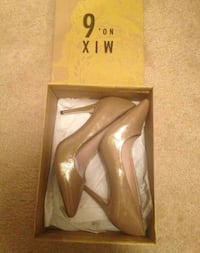 Gold pointed heels  Omaha, 68104