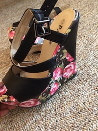 Pair of black-and-pink floral leather open-toe cage-strap wedge sandals Franklin, 16323
