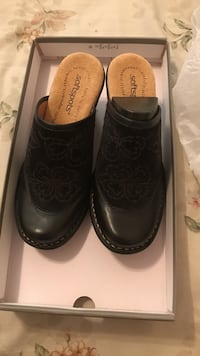 Pair of black leather heeled clogs New York, 11365