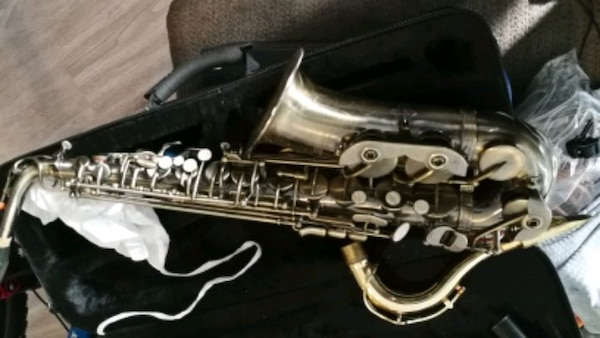 Saxaphone with lots of accessories Roy Benson e03f40c1-103f-4d57-87d5-dbbe40696949